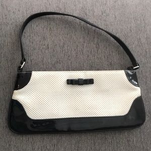 Bags - Vintage white corked vegan leather clutch with bow